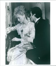 "A photo of Michelle Pfeiffer and Daniel Day-Lewis in a film ""Oskuldens tid""."