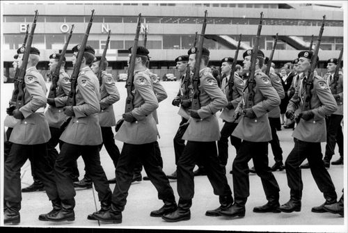 The honorary guard marches at Bonn airport