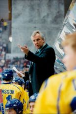OS in Lillehammer. Ice Hockey: Sweden - Italy. It started sluggish for Sweden. League crew Curre Lundmark is worried