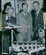 """The exhibition """"Medicine, Technology, Research"""". PA Åstrandsson's artificial heart is viewed by Sven Ohlon, Dr. Sven Ramström and Mr. Åstrandsson"""