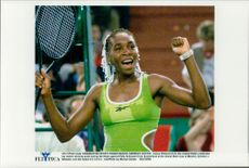 Venus Williams laughs smoothly and receives the audience's cheers after the win during the Grand Slamp Cup.