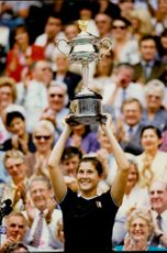 The tennis player Monica Seles holds up the cup after the victory in the Australian Open 1996