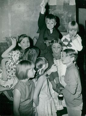Pippi Longstocking at the Apollonium Theater. The premier audience greets Pippi - Irene Norelius. In the foreground Jan Liljeson who plays Tommy