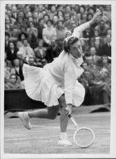 Maureen Connolly plays against Louise Brough in Wimbledon