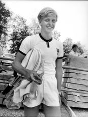 Tennis player Leif Johansson plays school tennis