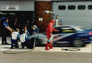 Every second, gold is worth under a crash stop. The Volvo team changes fast tires on Rickard Rydell's car.