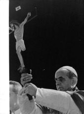 Pope Paul VI raising the sculpture of Jesus Christ.