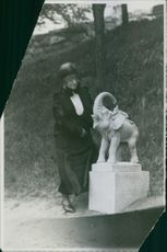 Anna Branting looking at an elephant sculpture.