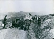 Short stagnation on the Serbian highway: a German infantry protection behind the tanks is needed to break the enemy's resistance.