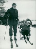 Jarl Hjalmarsson, party leader for the moderators, exercises winter sports with his wife in Jämtland
