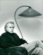 Pianist Roland Pöntinen is sitting next to a lamp made in the veil of his father at the age of 16