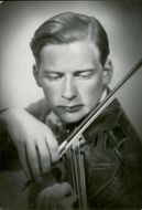 Karpe, Sven in a picture playing his violin.