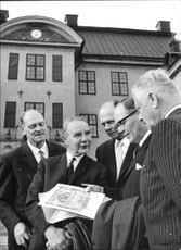 SA Hammarström, KG Sillén, GO Forsberg and AG Hafström around a photo from 1924 at the 40th anniversary of their degree as reserve officers at Karlberg