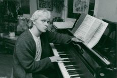 Pianist Roland Pöntinen at the piano