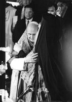 Pope Paul VI hug with a man.