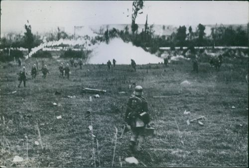 Soldiers moving on the battle field during WWI, 1918.