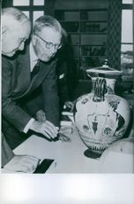 King Gustaf VI Adolf visits an archaeological institute