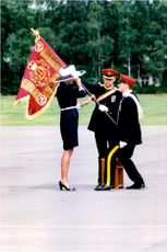 Prinsessan Diana presenterar den nya flaggan för Light Dragoons på Haig Barracks