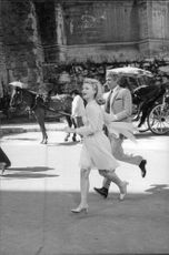 Lee Ann Remick running with James Coburn.