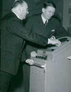 Museo Gerhard Albe shows a radar apparatus for the shipping company Svea's chief, director Högberg at the Maritime Museum