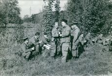 Soldiers gathered together and having discussion.