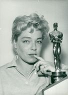 """Simone Signoret with his Oscar for the movie """"Place on top"""""""