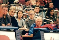 Woody Allen och Soon-Yi i pubilken under en basketmatch