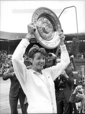 Margaret Court with his Wimbledon shield
