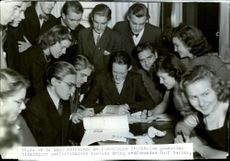 Some of the young founders of the association Stockholm High School's publicist club gathered around the chairman Rolf Walles