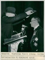 The Swedish King Charles Gustaf VI Adolf and Queen Louise visit Finland in 1952. Supervisor, Prof. Pentti Eskola puts the doctor's hat on the king's head.