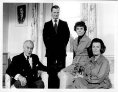 Lord Mountbatten med sin hund Kimberley, Mr. David Hicks, Lady Patricia Brabourne och Lady Pamela Hicks