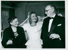 Film actress Lilian Harvey marries Danish theater agent Hartvig Valeur-Larsen.