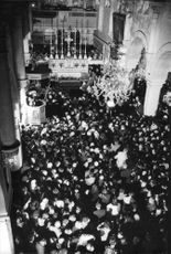 Crowds attending the mass of Pope Paul VI.