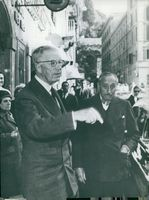 King Gustaf Adolf on a shopping street on Rome's streets