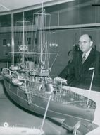 Maritime Director Gerhard Albe at a model of the