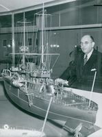 """Maritime Director Gerhard Albe at a model of the """"Oden"""" armor ship at the Maritime Museum"""