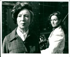 Jean Anderson as Mary Hammond and Jennifer Wilson as Jennifer Kingsley in the television series Arvingarna