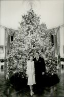 US President Ronald Reagan and his wife Nancy in front of the Christmas tree in the White House