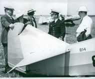 Stocholms flight club's chairman, over stelöitnant Nils Soderberg, demonstrates Sparmann-iagaren for District Judge Ric hard Lundgren at Norrtuna with daughters and son-department manager SM Pontin. - 19 June 1939