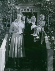 """Swedish ActorArne Lindblad seen with actress Hanny Schedin, Norwegian actress Else-Merete Heiberg, Poppe and Glenn Olsson in a scene of the film """"Pappa Born"""". 1949."""