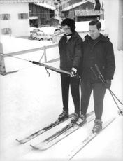 Princess Alexandra skiing with a man, 1962.