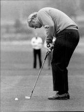 Golf player Jack Nicklaus puts