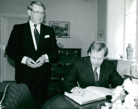 Czechoslovak President Vaclav Havel visits the Riksdag. Here he signs the guestbook in Speaker Thage G Pettersson's room